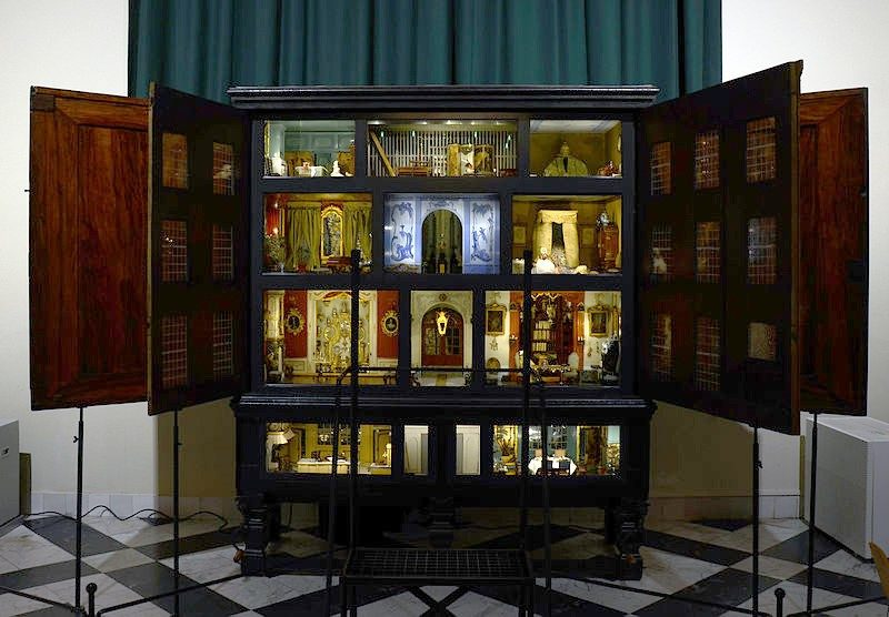 a victorian dolls house
